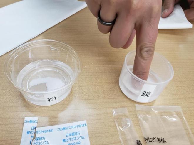 剤と粉の薬が水に溶けるかの実験、 とろみと薬を溶かす順番